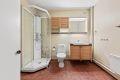 Romslig bad fra byggeår med fliser på gulv. Servant i skapinnredning gir lagringsmuligheter for toalettartikler, mm. Det er satt inn nyere dusjkabinett og toalett