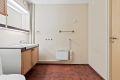 Videre er badet utstyrt med tørkeskap og opplegg til vaskemaskin
