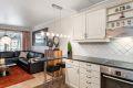 Kjøkken med praktisk barløsning mot stue