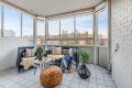 innglasset balkong på ca. 9m² med fliser på gulv, rullgardiner på innglassing. Her er det gode solforhold og godt med plass for utemøbler.