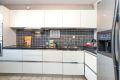 Pent kjøkken med integrerte hvitevarer.