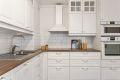 Kjøkkeninnredning fra 2015, integrerte hvitevarer som stekeovn, koketopp, oppvaskmaskin og kjøl-/fryseskap. Ventilator og dobbel oppvaskkum.