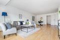 Stor stue på ca. 26 kvm gir mange muligheter for møblering. Det er god plass til sittegruppe og større spisebord.