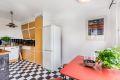 Kjøkken med heltre benkeplate og kullfilterventilator.