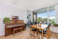 Stue med store vindusflater som gir gode lysforhold.