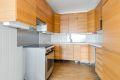 Kjøkkeninnredning med god skap og benkeplass.