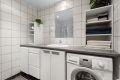 Det er opplegg for vaskemaskin og tørketrommel under benkeplate.