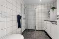 Flott flislagt bad fra byggeår. Varmekabler i gulv og downlights i tak.