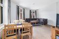 Det er plass til å innrede med sofagruppe og spiseseksjon i den åpne stue/- og kjøkkenløsningen.