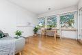 Stuen er på ca. 23 kvm og gir mange muligheter for møblering. Store vinduer slipper inn godt med lys.