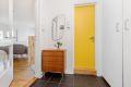 Velkommen inn i entréen. Fin plass til å henge fra seg yttertøy i garderobeskap.