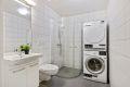 Badet er av svært god størrelse med opplegg til vaskemaskin.