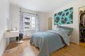 Leiligheten har to romslige soverom med god plass til dobbeltseng og øvrig møblement.