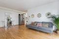 Lys og tiltalende stue med fine overflater. Åpen kjøkkenløsning mot stuen.