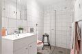 HYBEL: Flislagt bad med gulvvarme. Godt innredet med dusjhjørne, servan med skapinnredning og vegghengt klosett. Opplegg for vaskemaskin. Downlights i himling.