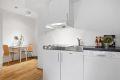 HYBEL: Det er et praktisk hybelkjøkken med integrert kjøleskap,  hybelkomfyr og oppvaskmaskin. Ventilator.