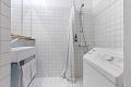 Pent flislagt bad med varmekabler i gulv og opplegg for vaskemaskin