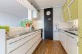 Delvis åpen løsning mellom kjøkken og stue - det originale kjøkkenhet er supplert med moderne innredning