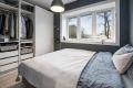 Soverommet er romslig med praktisk skyvedørsgarderobe