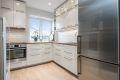 Moderne kjøkken med god skap og skuffeplass og integrerte hvitevarer