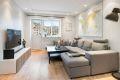 Stuen er lys og romslig med flott utsyn og integrert belysning