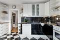 Kjøkkenet har godt med både skap- og benkeplass. Hvitevarer medfølger.