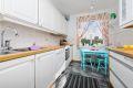 Hyggelig kjøkken med mulighet for spiseplass ved kjøkkenvindu