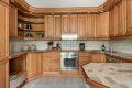Kjøkken med integrert stekeovn/platetopp/oppvaskmaskin/kjøkeskap/fryser.