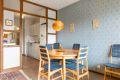 Fra stuen er det tilgang til kjøkkenet med delvis åpen løsning.
