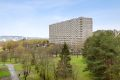 Velkommen til Ammerudhellinga 80. Dette er utsikten fra balkongen, blokken er tilsvarende den foranliggende blokken på bildet.
