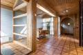 Velkommen inn! Huset har en hyggelig entré med god plass til å henge fra seg sko og yttertøy.