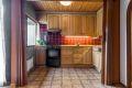 Kjøkkenet er koselig, og byr på godt med både benkeplass- og lagringsplass!