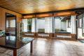 Stuen har store vindusflater som gir rikelig med lysinnslipp og hyggelig utsyn mot atriet.