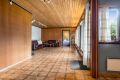 Stuen er åpen og romslig, med god plass til både stor sittegruppe og spisestuebord.