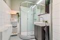 Bad med dusjkabinett og oppbevaringsplass