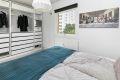 Soverom 2 har også hel vegg godt planlagt med innredning som består av både skuffer og oppheng for klær.