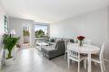 Lys stue som er lett å møblere, her kan du naturlig ha både salong og spisestue.
