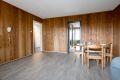 Stuen er åpen og romslig, med god plass til både sittegruppe og spisestuebord.