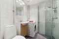 En god start på dagen begynner på et varmt og delikat baderom. Servant nedfel i innredning, toalett, dusjhjørne og opplegg for vaskemaskin.