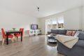 Lys stue med mulighet for både salong og spisestue. Stor vindusflate og utgang til balkong.