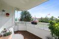 Solrik balkong med nymalte vegger, delvis panelte.