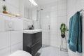 Badet er påkostet i 2014. Nytt vegghengt toalett. Servant nedfelt i moderne innredning. Overskap med speil i front og dusjhjørne med glassvegg.