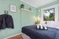 Innbydende soverom med fin plass til seng. Hel vegg med garderobeskap.