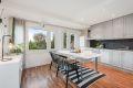 Fantastisk lysforhold på kjøkkenet med store vindusflater og dør ut mot terrasse og hage.