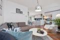 Stuen har en åpen og sosial løsning mot kjøkkenet.