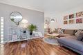 Flott stue med gjennomgående like laminatgulv i stue, kjøkken og soverom.