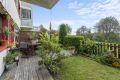 Utgang fra stuen til terrasse med direkte overgang til innegjerdet hage.