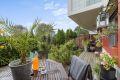 Lag din egen oase i hagen med blomster og beplantning. Hagemøblene vil følge leiligheten.