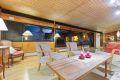 Med store vindusflater i full lengde mot hagen er stuen et vakkert skue når den blå timen treffer.