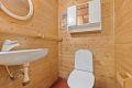 Praktisk med ekstra toalett med servant i underetasjen.